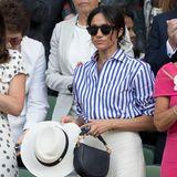 Wimbledon 2018: Herzogin Meghan guckt sich das Finale der Frauen durch ihre coole Sonnenbrille an. Denn ja, die ist ihr erlaubt. Anders ihr Hut: Diesen darf sie auf der royalen Tribüne nicht aufsetzen und hält ihn lediglich in der Hand.