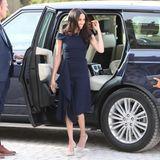 Den letzten Abend vor ihrer Hochzeit mit Prinz Harry verbringt Meghan Markle in einem Designerkleid von Roland Mouret, das mit seitlichen Drapierungen daherkommt.
