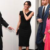 Wenn Meghan als Herzogin in ein schwarzes Etuikleid schlüpft, achtet sie auf eine elegante Linie.