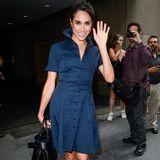 Fast genau zwei Jahre vorher ist Meghan noch in New York unterwegs und besucht eine Talkshow. Hier trägt sie ebenfalls ein dunkelblaues Kleid mit V-Ausschnitt. Dieses Modell ist jedoch viel kürzer und zeigt ihre Knie. Diese Länge ist - so wie auch ihre Leo-Pumps - am königlichen Hof nicht gern gesehen.