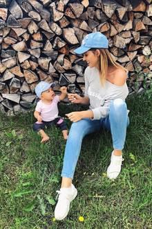 Sarah Harrison scheint ihrer Tochter Mia Rose das stylische Gen vererbt zu haben. Im süßen Partnerlook mit hellblauen Caps posieren die beiden im Urlaub.