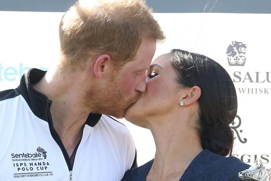Kuss für den Prinz! Herzogin Meghan kann den royalen Lippen von Prinz Harry nicht widerstehen