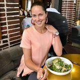 Ana Ivanovic genießt bei den heißen Temperaturen einen erfrischenden Salat.