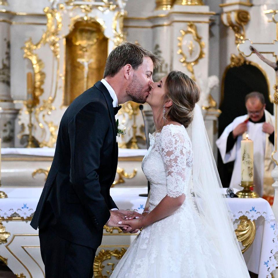 Der erste Kuss als Ehepaar.