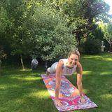 Monica Meier Ivancan hält sich am liebsten im heimischen Garten beim Yoga fit.