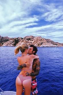 Heiße Küsse auf Sardinien. Chiara Ferragni und ihr Mann Fedez knutschen hemmungslos auf einem Boot mitten auf dem Meer.
