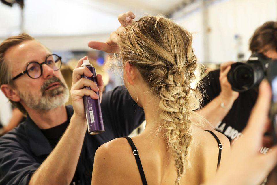 Backstage vor der Show von Lana Mueller: Creative Director Alexander Dinter perfektioniert den Look