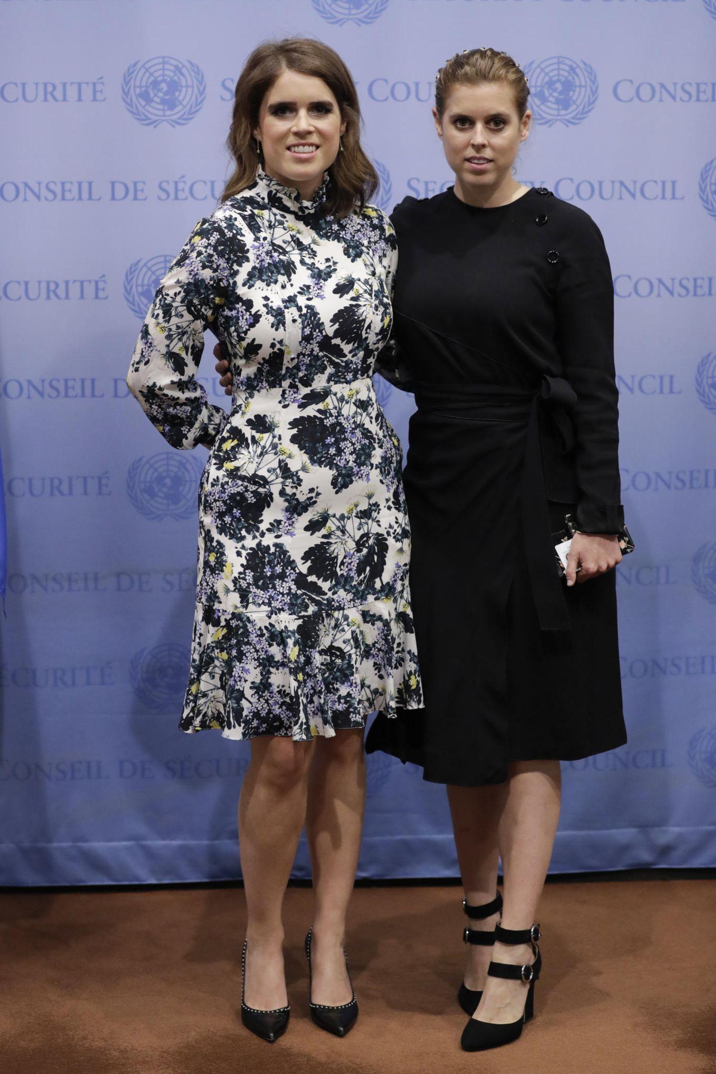 Je näher die Hochzeit am 12. Oktober rückt, umso schlanker scheint Prinzessin Eugenie. Zwischen diesem und dem vorherigen Foto liegt mal gerade ein Monat, doch das Kleid sitzt - vor allem an der Taille - schon anders. Laut Experten sind bereits 6 Kilogramm gepurzelt.