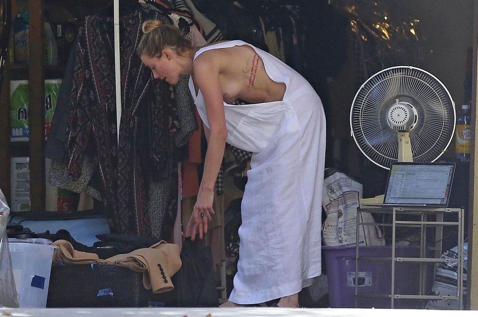 Ein BH? Völlig überbewertet!Bei der Hausarbeit offenbartAmber Heard dank ihres Outfits mehr als ihr lieb ist. Unter dem dünnen Leinenkleid der Schauspielerin würde ein lästiger Bra bei den Temperaturen ja auch nur stören.