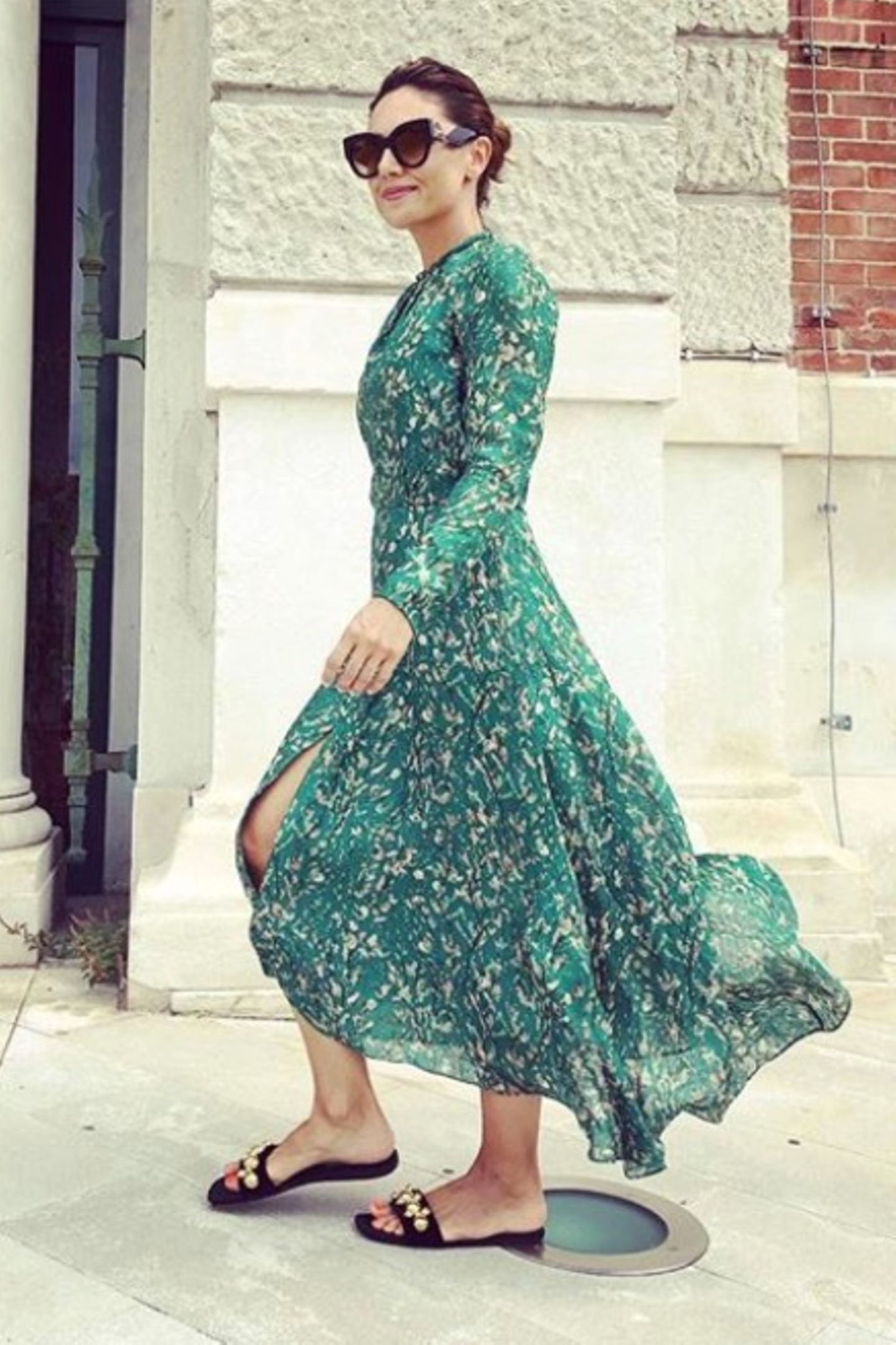 Ein leichtes Sommerkleid ist in der Hitze genau die richtige Wahl. Das weiß auch Nazan Eckes. Besonders luftig wird es, sobald eine frische Brise durch den leichten Stoff geht.