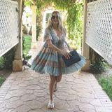 Den Sommerurlaub genießt Frauke Ludowig im leichten Kleidchen, dass durch den Pastellton und die Spitze sehr niedlich wirkt.