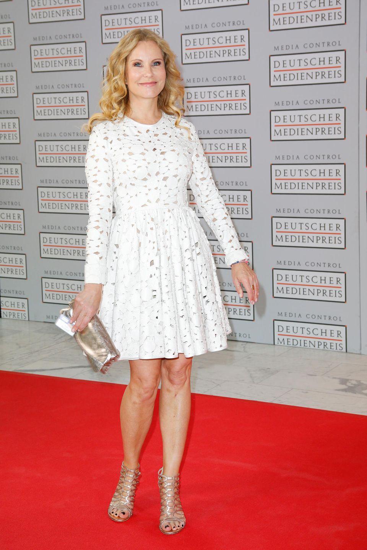 Sommerlich leicht kommt Katja Burkard in diesem weißen Spitzenkleid daher.
