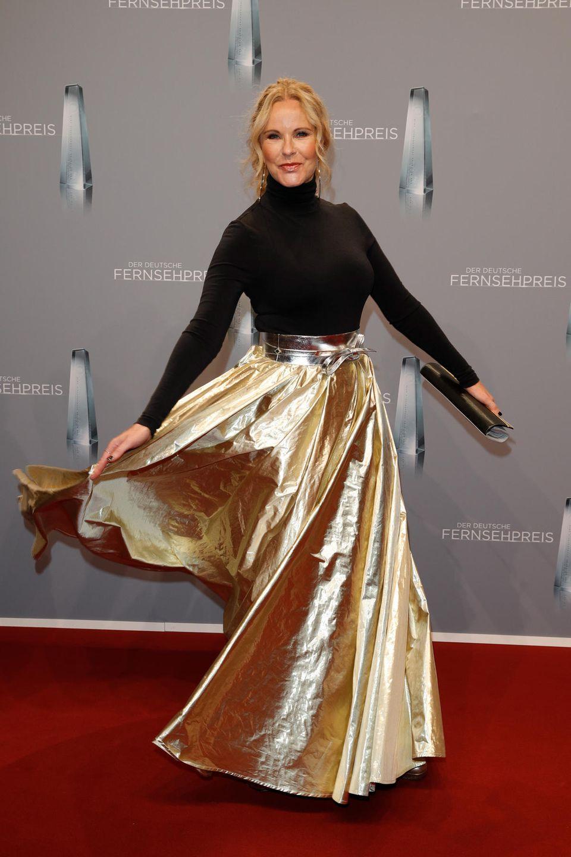 Katja Burkard setzt ihren goldenen Rock besonders schwungvoll in Szene. So glänzt der Stoff noch schöner.
