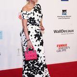 Birgit Schrowange setzt mit einer pinken Dior-Tasche ein farbliches Highlight zu ihrem schwarz-weißen Kleid.