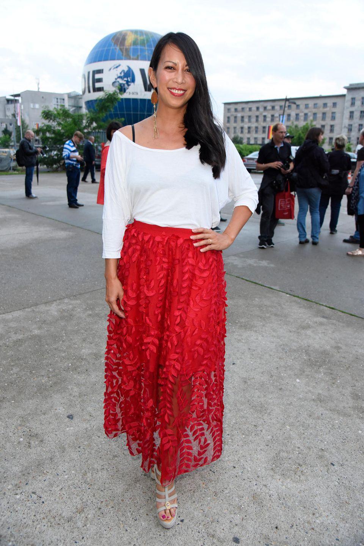 Sommerlich elegant kommt Minh-Khai Phan-Thi in dieser Kombi aus leichter Bluse und langem Rock daher.