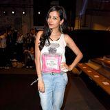 Mom-Jeans, Chanel-Print-Top - ganz schön cool ist dieser Look von Collien Ulmen-Fernandes.