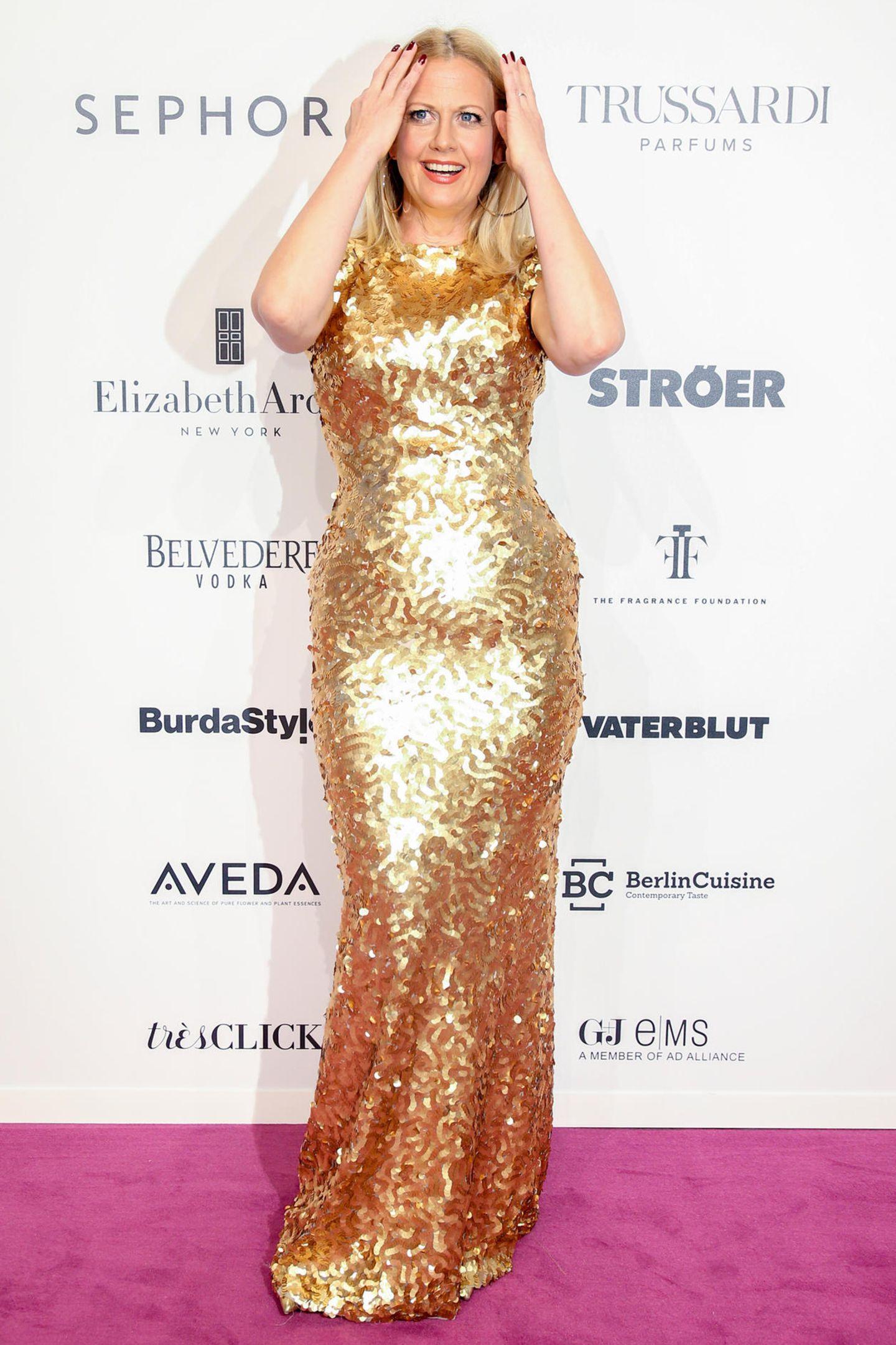 Im Pailletten-Kleid ist Barbara Schöneberger ein strahlend schönes Golden Girl. Da passt der Blondton einfach hervorragend!