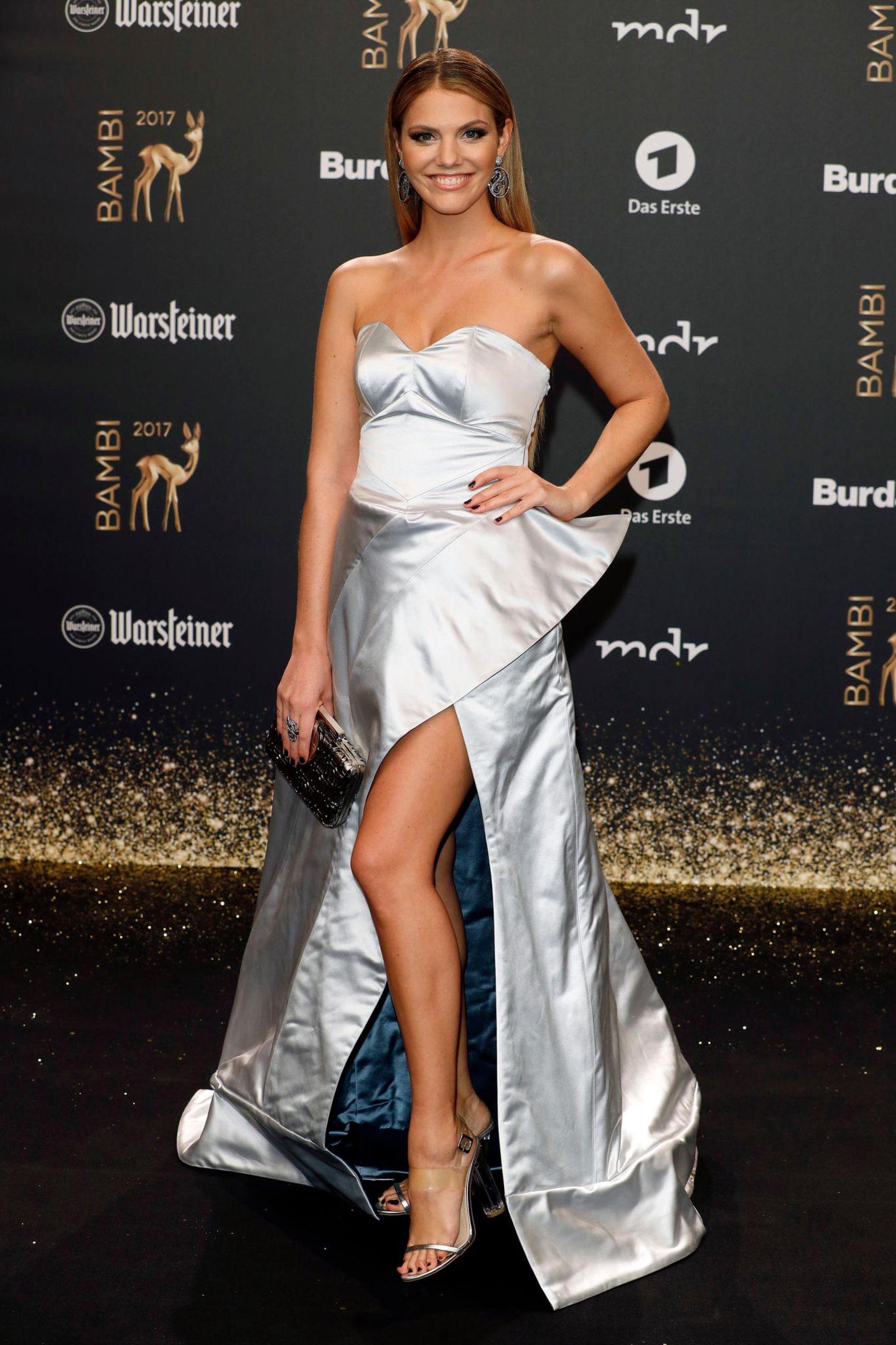 Einen wahren Wow-Auftritt legt Viviane Geppert beim Bambi hin, als sie in diesem Metallic-Dress erscheint.