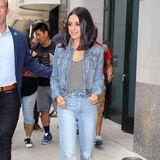 Beim Spaziergang durch New York setzt die Schauspielerin auf einen Jeanslook mit lässigem Top. Ein deutlicher Unterschied zu ihrem abendlichen Look.