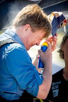 Damit das königlicheGesicht nicht verbrennt, besprüht es Willem-Alexander mit Sonnenschutz. Dabei kneift seine Majestät die Augen fest zusammen - nicht, dass sie noch brennen.