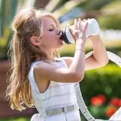 Auch Oscars große Schwester, Prinzessin Estelle, trinkt den Durst davon.