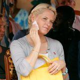 Prinzessin Mette-Marit tupft sich ärgerliche Schweißtröpfchenmit einem Taschentuch weg.