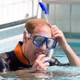 Ein kleiner Abtaucher im Swimmingpool scheint Prinz William gegen erhöhte Temperaturen zu helfen.