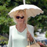 Einen ganz einfachen Trick gegen starkeSonnenstrahlen führt uns Herzogin Camilla vor: Sie schützt sich mit einem Sonnenschirm.