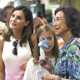 Felipes Mutter, Königin Sofia, freut sich bei dieser Hitze ihren Taschenventilator dabeizuhaben.