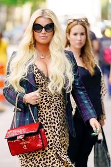 Gewagter Look: Sängerin Jessica Simpson zeigt sich in einem tief dekolletiertem Leokleid, kariertem Blazer und Pailletten-Handtasche auf den Straßen New Yorks. Bei diesem Ausschnitt zieht sie wohl so einige Blicke auf sich ...