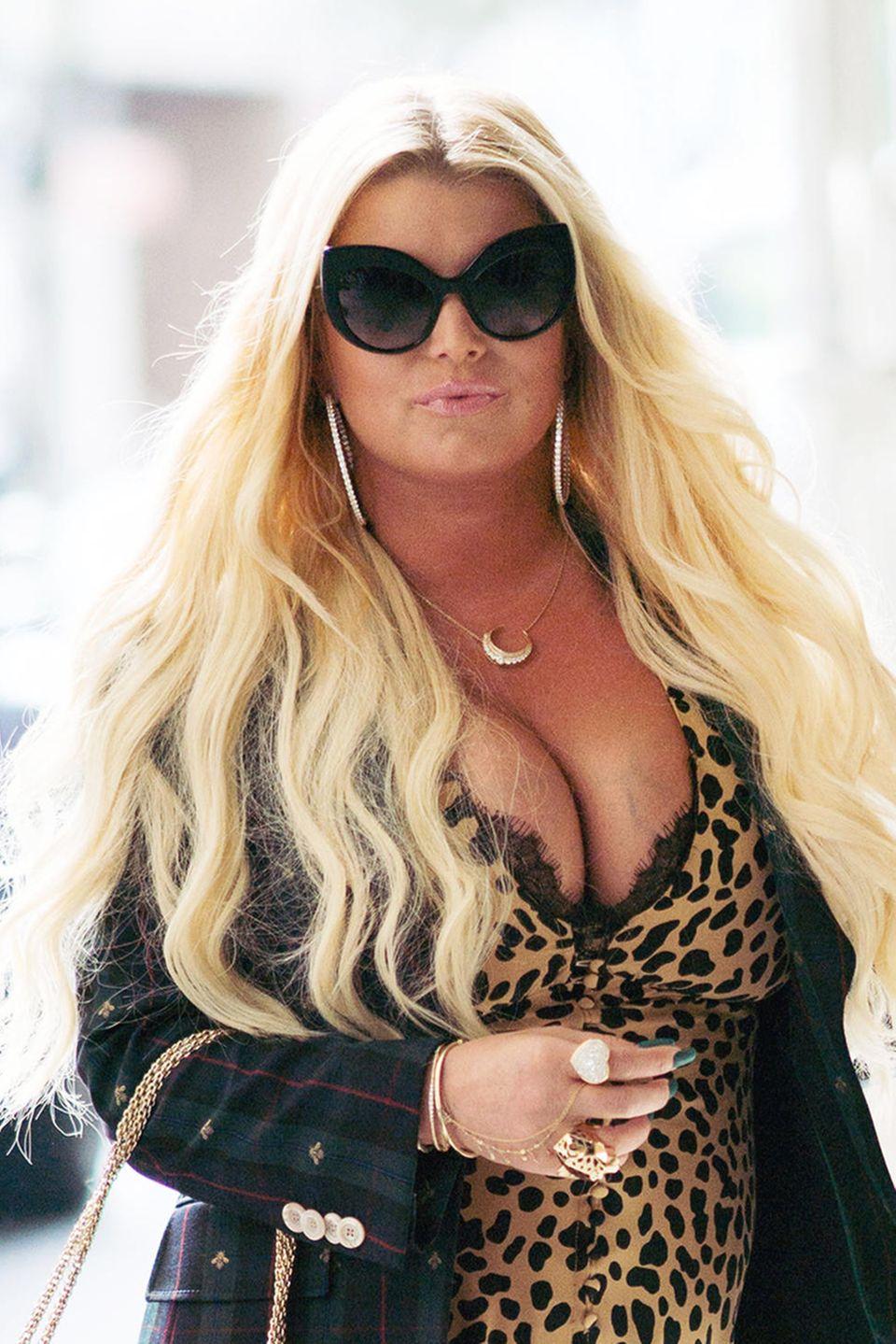 Vor allem wenn die Haare der Sängerin nicht einen Hauch ihres ausladenden Dekolletés bedecken. Doch zu welchem Anlass hat sich Jessica Simpson so sexy gestylt?