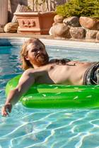 """In der Prime Exclusive Serie""""Lodge 49""""gerät der eigentlich unerschütterlich optimistische Ex-Surfer Dud (Wyatt Russel) ins Straucheln, nachdem sein Vater gestorben und das Familienunternehmen zugrunde gegangen ist."""
