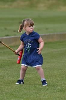 Mia Grace Tindall, Tochter von Zara Phillips,verteidigt tapfer ihren Poloschläger.