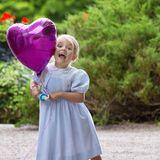 Mama Victoria wird 39 Jahre alt: Tochter Prinzessin Estelle zeigt sich in bester Partylaune.