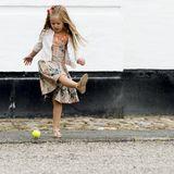 Geradestehen beim offiziellenFototermin? Prinzessin Marys Tochter Josephine spielt lieber mit dem Hund.