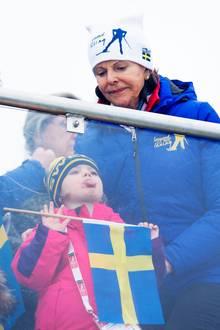 Königin Silvia steht's ins Gesicht geschrieben:Enkelin Prinzessin Estelle schlägt mit ihren Grimassen etwas über die Stränge.