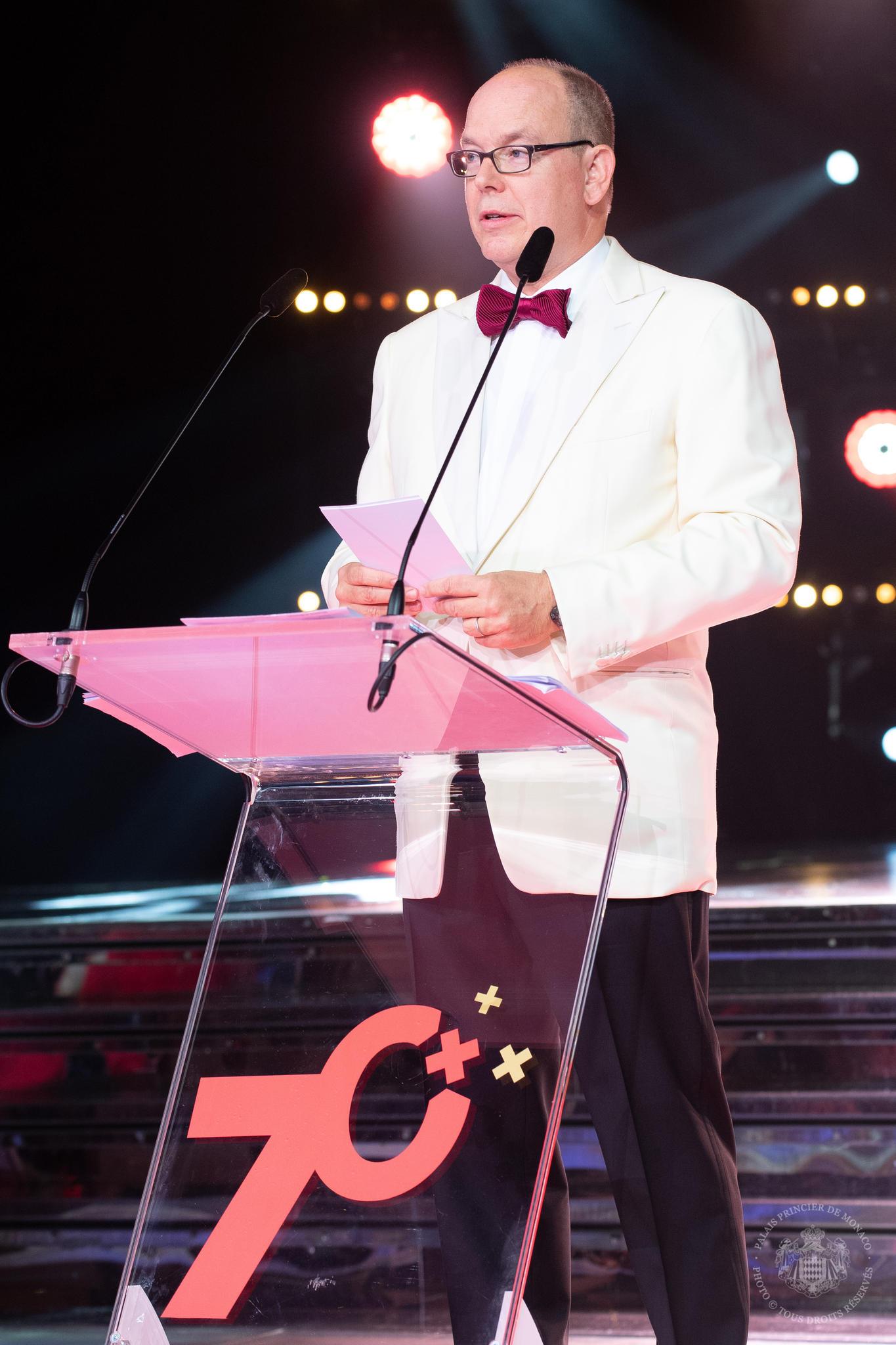 Fürst Albert absolviert oftmals 16-Stunden Arbeitstage. Zuletzt eröffnete er in Monaco den Rot-Kreuz-Ball, obwohl er sich noch von einer Lungenentzündung erholt. Nun willer sich erstmal einen langen Familienurlaub gönnen.