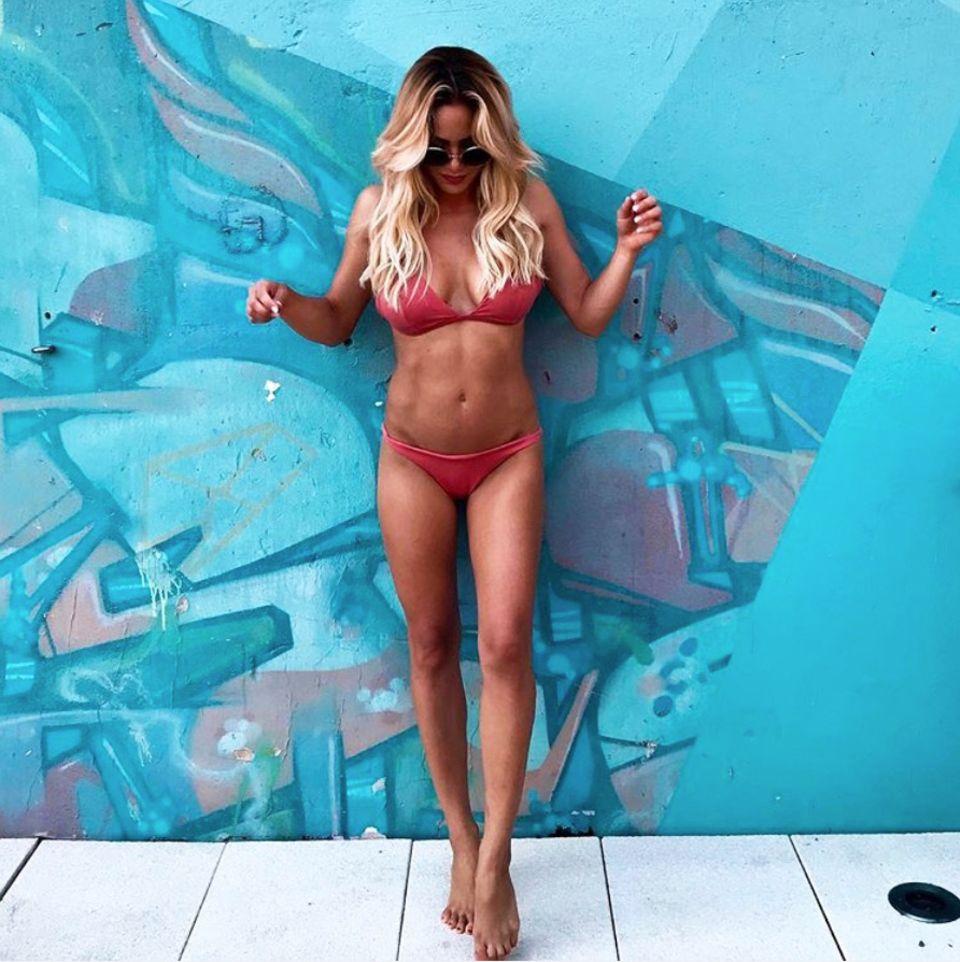 Bauchmuskeln wohin das Auge reicht! Angelina Heger hat sich in den letzten Monaten extrem verändert. Ihr straffes Workout trägt Früchte und das entgeht auch ihren Fans nicht und wird für dieses Bikini-Foto mit Komplimenten überschüttet.