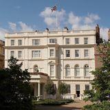 Das Clarence Houseist die offizielle Residenz des britischen Thronfolgers Prinz Charles und seiner Frau Camilla. Der Begriff Clarence Housesteht für das persönliche Bürodes Prince of Wales. Das Gebäude liegt in der City of Westminster m WestenLondonsan der Prachtstraße The Mallunweit vom Buckingham Palast.