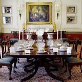 Der Essbereich ist aus edlem Holz ausgestattet. Zum dinieren wird selbstverständlich teures Porzellan gereicht.