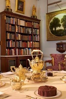 Die kleine Bibliothek des Clarance Houses verfügt über einen Esstisch an dem ein Tee eingenommen werden kann.