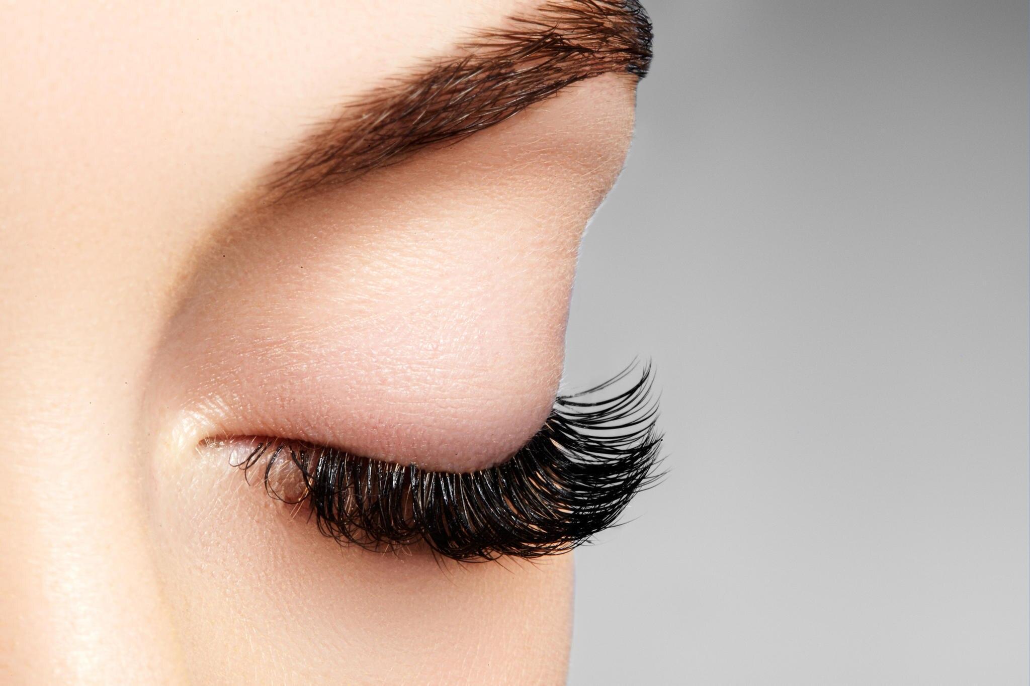 Unglaublich: Schwangere Frau wird fast blind, weil sie falsche Wimpern trug