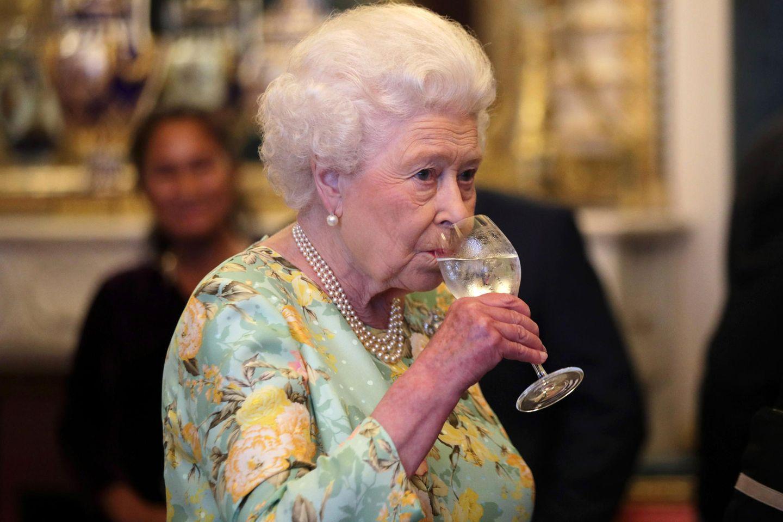 Queen Elizabeth hält sich mit Gerstenwasserfit