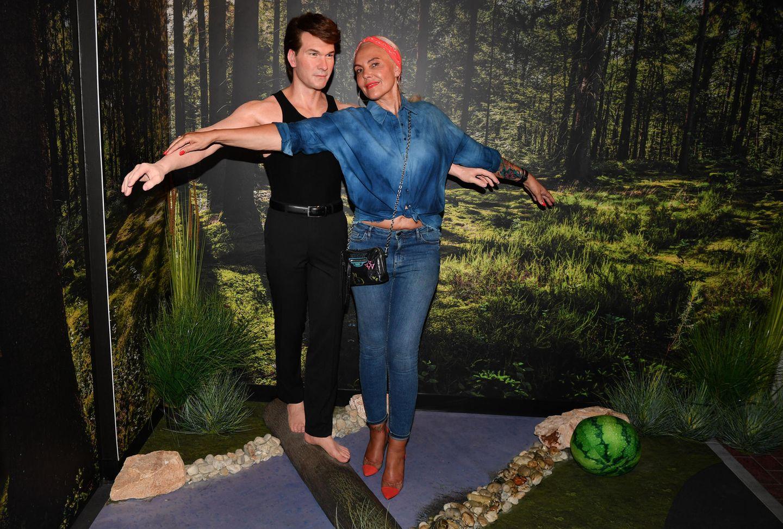 """Als sexy """"Johnny"""" hat er unsere Herzen zum schmelzen gebracht. NataschaOchsenknecht bei der Party zur Eröffnung des Dirty Dancing-Bereichs im Wachfigurenkabinett von Madame Tussauds Berlin an der Wachsfigur von Patrick Swayze."""