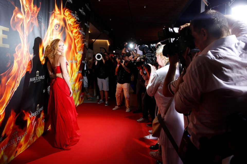 Wow-Moment: Als Anna Ermakova den roten Teppich betritt, wird sie von den Fotografen umzingelt.