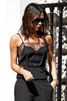 Ziemlich sexy, Frau Beckham! In einem solchen Look sehen wir die Designerin selten. Das Seidentop mit Schößchen und sexy Spitze trägt sie ohne BH. Auf Unterwäsche verzichtet Victoria Beckham gerne mal - aber ein anderes Detail überrascht uns ...