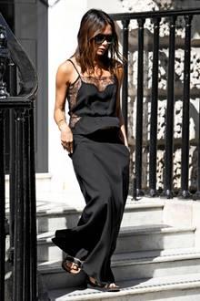 Das Top stammt nämlich nicht aus ihrer eigenen Kollektion. Für gewöhnlich trägt Victoria mit Vorliebe ihre eigenen Designs - dieses Mal hat sie sich jedoch für ein sexy Modell von Fleur du Mal entschieden. Damit macht das ehemalige Spice Girl Lingerie Street Style tauglich.
