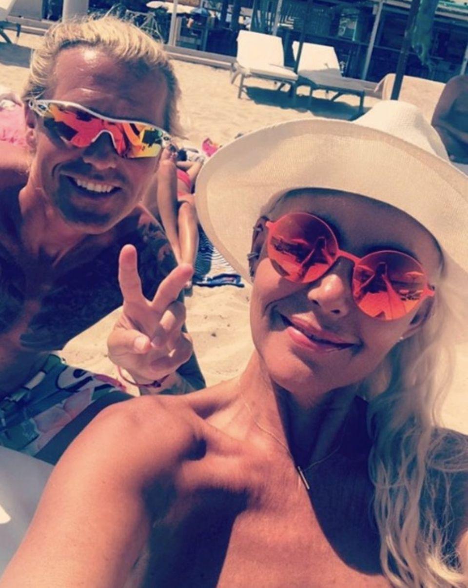 """Nachdem Natascha Ochsenknecht und ihr neuer Freund Oliver bei der """"Remus Lifestyle Night"""" ihr Red-Carpet-Debüt als Paar feierten, lassen sie es sich am Strand von Palma gut gehen. Mit stylischen, verspiegelten Sonnenbrillen lächeln sie für das Selfie. Cheeeese!"""