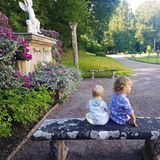 3. August 2018  Endlich zeigenPrinzessin Sofia und Prinz Carl Philip ein neues Bild ihrer kleinen Prinzen Gabriel und Alexander. Wenn auch leider nur von hinten, bekommen die Instagram-Fans des Prinzenpaares einen schönen Blick auf den Schlosspark von Solliden geboten, wo die königliche Familie derzeit ihren Sommer verbringt.