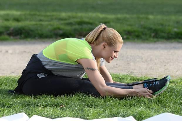 Bei Michelle Hunziker gehört das Stretchen zum Fitness-Programm. Diese Übung lässt sich allerdings auch gut zwischendurch - wie zum Beispiel abends auf der Couch - durchführen.